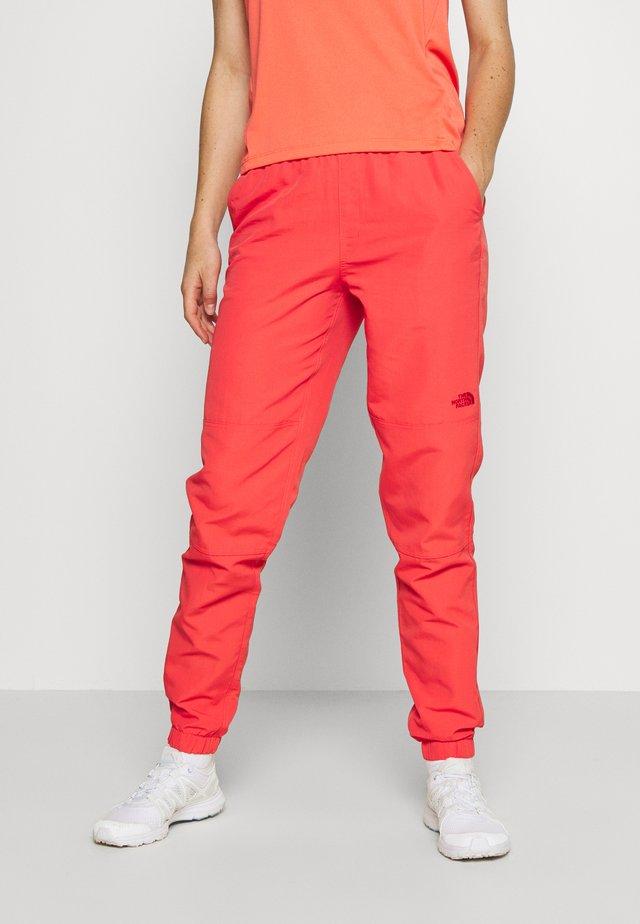 CLASS  - Długie spodnie trekkingowe - cayenne red