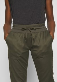 The North Face - WOMEN'S APHRODITE CAPRI - Friluftsbukser - new taupe green - 3