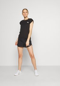 The North Face - WOMEN'S ACTIVE TRAIL RUN SHORT - Urheilushortsit - black - 1