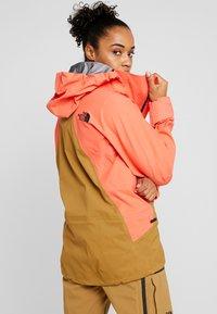 The North Face - W PURIST FutureLight™ JACKET - Skijakke - radiant orange/british khaki - 2