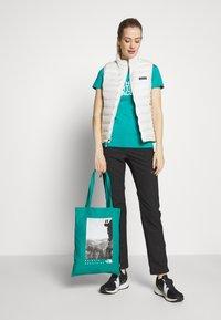 The North Face - WOMAN DAY BAG - Sportovní taška - jaiden green - 1