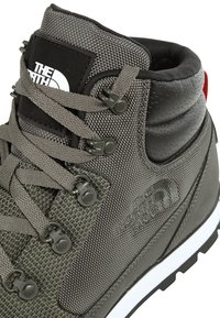 The North Face - BACK-TO-BERKELEY REDUX REMTLZ  - Trekingové boty - green - 6