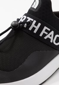 The North Face - MEN'S SURGE PELHAM - Vaelluskengät - black - 5