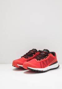 The North Face - MEN'S ULTRA SWIFT - Obuwie do biegania Szlak - fiery red/black - 2