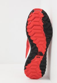 The North Face - MEN'S ULTRA SWIFT - Obuwie do biegania Szlak - fiery red/black - 4