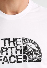 The North Face - WOODCUT DOME TEE - T-shirt con stampa - white/black - 3