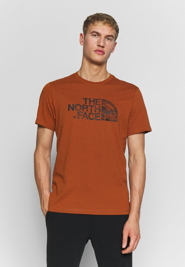 WOODCUT DOME TEE - Camiseta estampada - caramel cafe