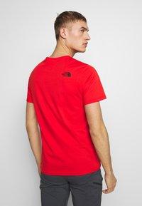 The North Face - MEN'S EASY TEE - T-shirt z nadrukiem - fiery red/tnf black - 2
