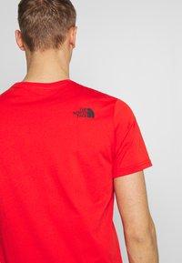 The North Face - MEN'S EASY TEE - T-shirt z nadrukiem - fiery red/tnf black - 4