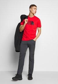 The North Face - MEN'S EASY TEE - T-shirt z nadrukiem - fiery red/tnf black - 1