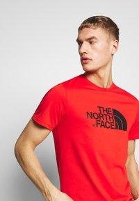 The North Face - MEN'S EASY TEE - T-shirt z nadrukiem - fiery red/tnf black - 3