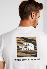 The North Face - RED BOX TEE - T-shirt con stampa - white/british khaki - 6