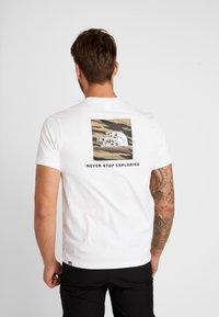 The North Face - RED BOX TEE - T-shirt con stampa - white/british khaki - 2