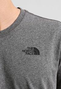 The North Face - MEN'S REDBOX TEE - T-shirt z nadrukiem - mottled grey - 3