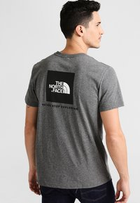 The North Face - MEN'S REDBOX TEE - T-shirt z nadrukiem - mottled grey - 2