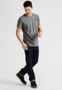 The North Face - MEN'S REDBOX TEE - T-shirt z nadrukiem - mottled grey - 1