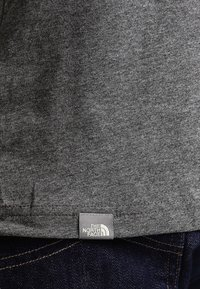 The North Face - MEN'S REDBOX TEE - T-shirt z nadrukiem - mottled grey - 6
