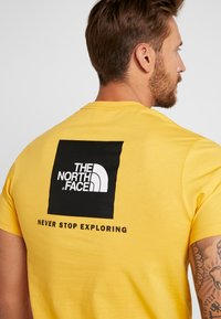 The North Face - MEN'S REDBOX TEE - T-shirt z nadrukiem - yellow/black - 4