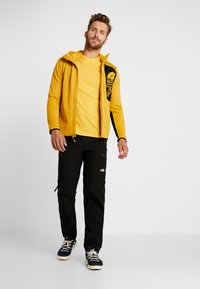 The North Face - MEN'S REDBOX TEE - T-shirt z nadrukiem - yellow/black - 1