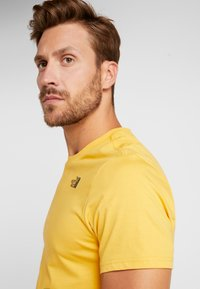 The North Face - MEN'S REDBOX TEE - T-shirt z nadrukiem - yellow/black - 3