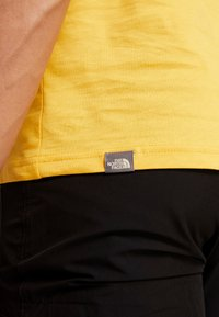 The North Face - MEN'S REDBOX TEE - T-shirt z nadrukiem - yellow/black - 6