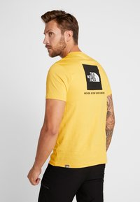 The North Face - MEN'S REDBOX TEE - T-shirt z nadrukiem - yellow/black - 2
