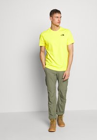 The North Face - MEN'S REDBOX TEE - T-shirt med print - lemon