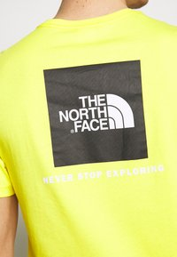 The North Face - MEN'S REDBOX TEE - T-shirt med print - lemon - 5