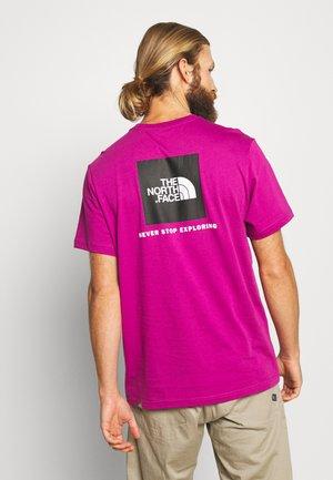 MEN'S REDBOX TEE - T-shirt print - wild aster purple