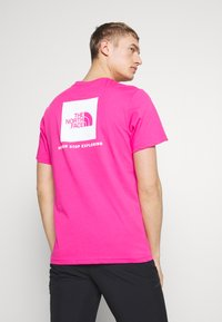 The North Face - MEN'S REDBOX TEE - T-shirts med print - pink - 2