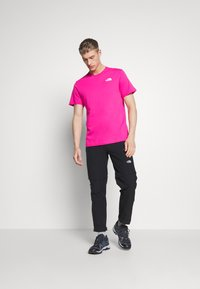 The North Face - MEN'S REDBOX TEE - T-shirts med print - pink - 1