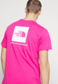 The North Face - MEN'S REDBOX TEE - T-shirts med print - pink - 4