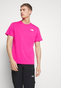 The North Face - MEN'S REDBOX TEE - T-shirts med print - pink - 0
