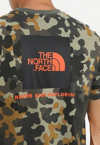 The North Face - MEN'S REDBOX TEE - T-shirt print - olive - 5