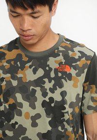 The North Face - MEN'S REDBOX TEE - T-shirt print - olive - 3