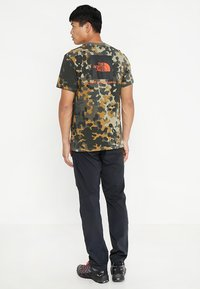 The North Face - MEN'S REDBOX TEE - T-shirt print - olive - 2