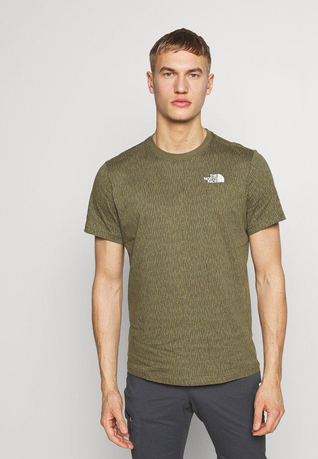 MEN'S REDBOX TEE - T-shirt z nadrukiem - burntolivegrnraincamoprnt