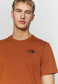 The North Face - MEN'S REDBOX TEE - T-shirts med print - caramel cafe - 4