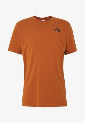 MEN'S REDBOX TEE - T-shirt z nadrukiem - caramel cafe