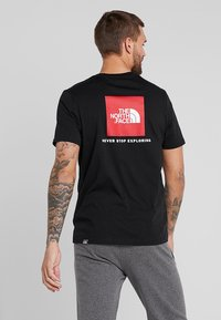 The North Face - MEN'S REDBOX TEE - T-shirt z nadrukiem - black - 2