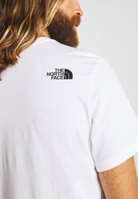 The North Face - MENS NEVER STOP EXPLORING TEE - Print T-shirt - white/red - 6