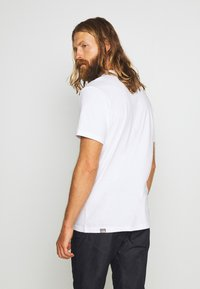 The North Face - MENS NEVER STOP EXPLORING TEE - Printtipaita - white/red - 2