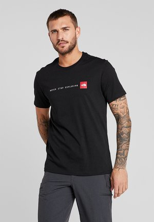 MEN NEVER STOP EXPLORING TEE - T-shirt z nadrukiem - black
