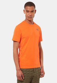 The North Face - CELEBRATION TEE - T-shirt z nadrukiem - orange - 0