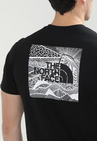 The North Face - CELEBRATION TEE - T-shirt z nadrukiem - black - 6