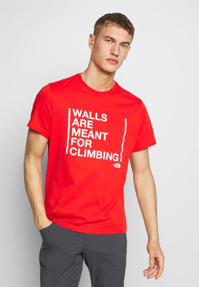 WALLS CLIMB TEE - T-shirt z nadrukiem - fiery red
