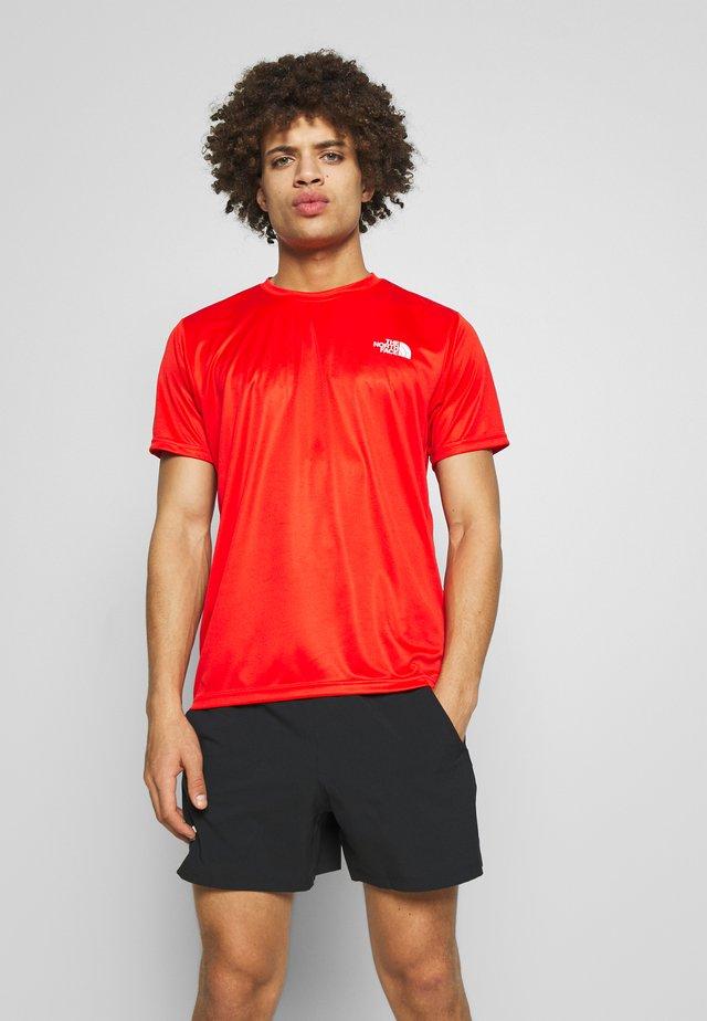 MENS REAXION BOX TEE - T-shirt z nadrukiem - fiery red