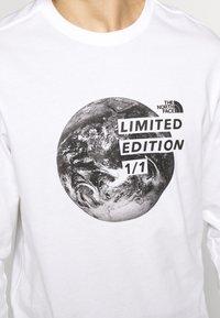 The North Face - MENS GRAPHIC TEE - Bluzka z długim rękawem - white/black - 4