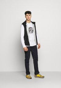 The North Face - MENS GRAPHIC TEE - Bluzka z długim rękawem - white/black - 1