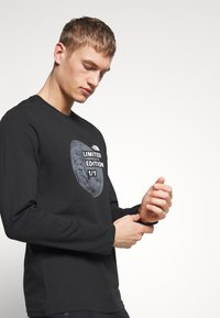 The North Face - MENS GRAPHIC TEE - Bluzka z długim rękawem - black/zinc grey - 3